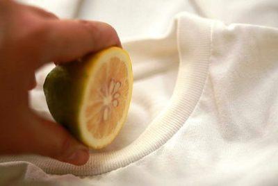 bạn có thể dùng javel hoặc nước bí đao tươi để loại bỏ mồ hôi trên áo đồng phục lớp.