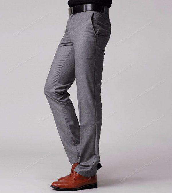 Với người có vóc dáng thanh mảnh thì lựa chọn hàng đầu là loại quần âu nam công sở phom đứng, xuông để tránh làm lộ nhược điểm gầy gò của bản thân.